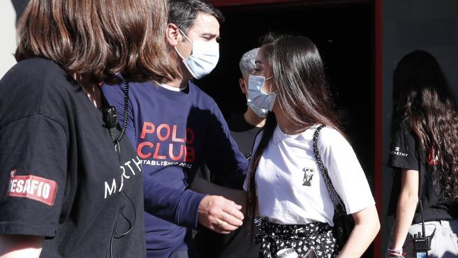Jesulín de Ubrique se despide de su hija Julia Janeiro al salir del estudio de grabación del programa 'El Desafío'.