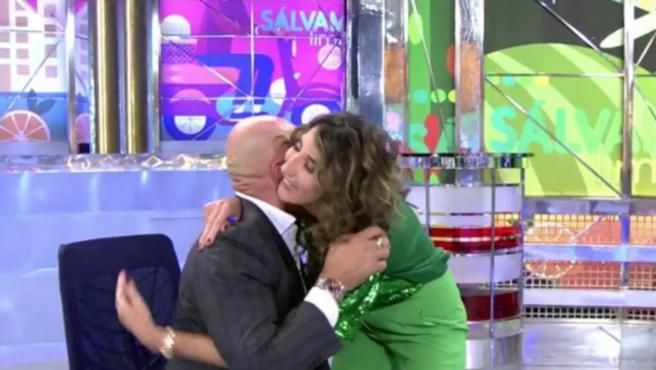 Kiko Matamoros abraza a Paz Padilla en 'Sálvame'.