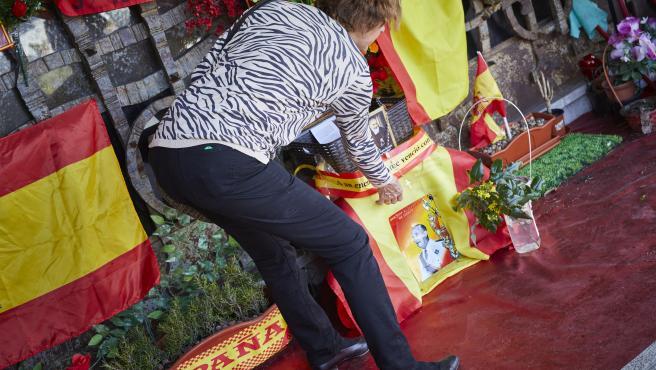 Una mujer deposita flores en el Panteón de Franco.