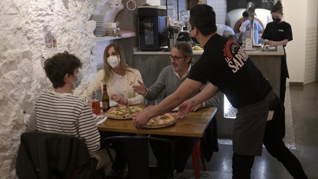 Unas personas cenando en el interior de un restaurante en A Coruña, Galicia.