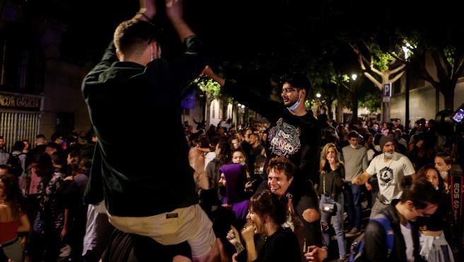 Los jóvenes en una concentración masiva junto al Passeig de Lluis Companys de Barcelona están celebrando el fin del estado de alarma en la madrugada de este domingo.