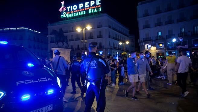 Agentes de la Policía Municipal de Madrid vigilan el ambiente en la Puerta del Sol tras el fin del estado de alarma.