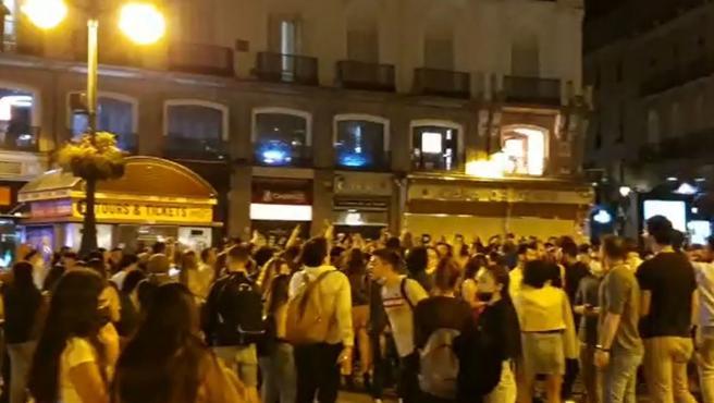 Aglomeraciones de personas en la madrugada de este domingo en Madrid para celebrar el fin del estado de alarma.