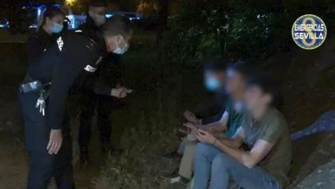 La Policía Local de Sevilla ha denunciado por un delito contra la seguridad vial a un conductor novel, de 19 años de edad, que circulaba en las inmediaciones de la A-4 con tres amigos sobre el capó mientras se grababan con un teléfono móvil, para publicar después un vídeo viral en redes sociales.
