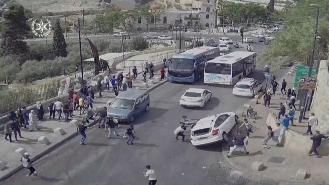 Más de 200 palestinos resultaron heridos el lunes en violentos enfrentamientos con la policía israelí en la Plaza de la Mezquita, donde se encuentra la Mezquita Al Aqsa en la Jerusalén Oriental ocupada, después de días de disturbios en la ciudad, que el lunes marca otro día de tensión por la conmemoración de Jerusalén por parte de Israel. Día.