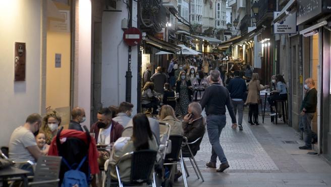 A Coruña.- Covid-19 Ambiente el la calle La Barrera en la que los los bares tienen permitido estar abiertos hasta las 11 de la noche y los restaurantes, hasta la una de la madrugada. 08/05/2021 Foto: M. Dylan / Europa