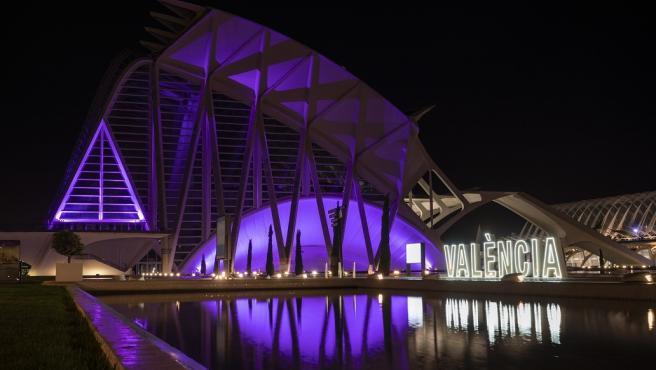 Archivo - Arxiu - La ciutat de les Arts s'il·lumina de morat pel Dia Mundial del Lupus