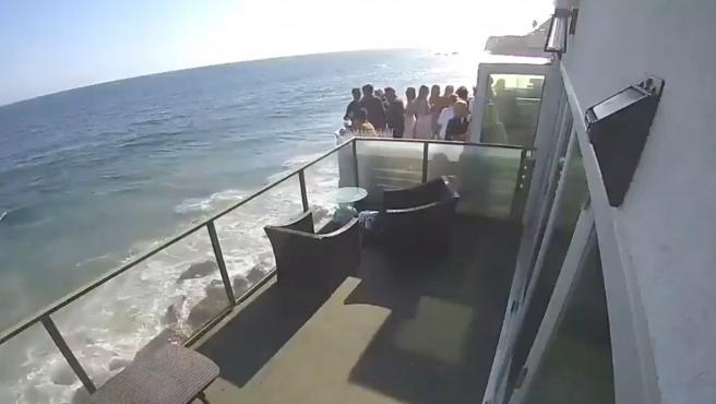 Vista del balcón afectado minutos antes de desplomarse en la costa oeste de EE UU.