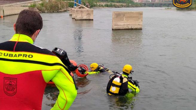 Bomberos de Zaragoza en la búsqueda de Karim.