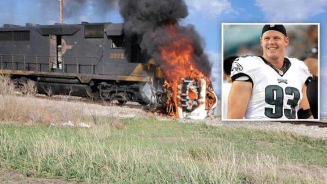 Brandon Bair, exjugador de la NFL, salva a un hombre atrapado en un coche en llamas.