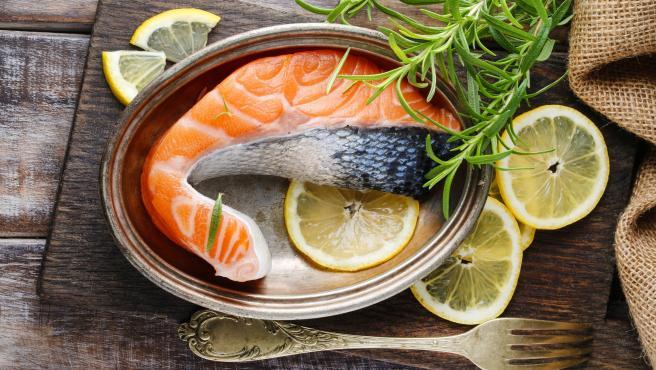 Imagen de una rodaja de salmón para cocinar.