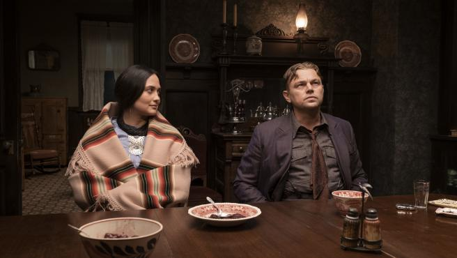 Lily Gladstone y Leonardo DiCaprio en la película