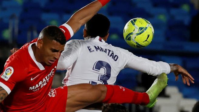 La mano de Militao en el Real Madrid - Sevilla