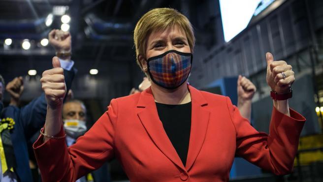 La ministra principal de Escocia, Nicola Sturgeon, celebra su victoria en las elecciones regionales.