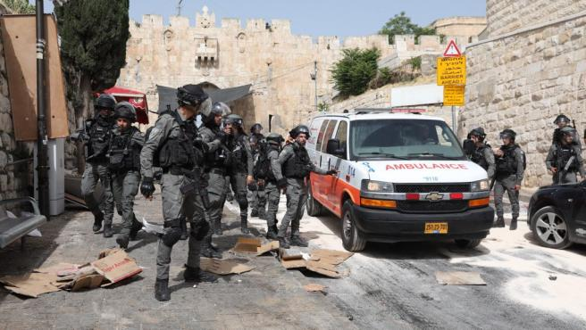 Policías de Israel rodean varias ambulancias en medio de los disturbios en Jerusalén.