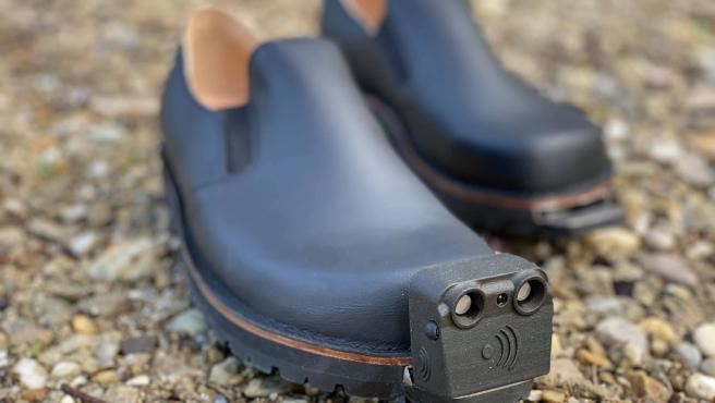 Los zapatos incluyen un sensor para evitar los obstáculos.