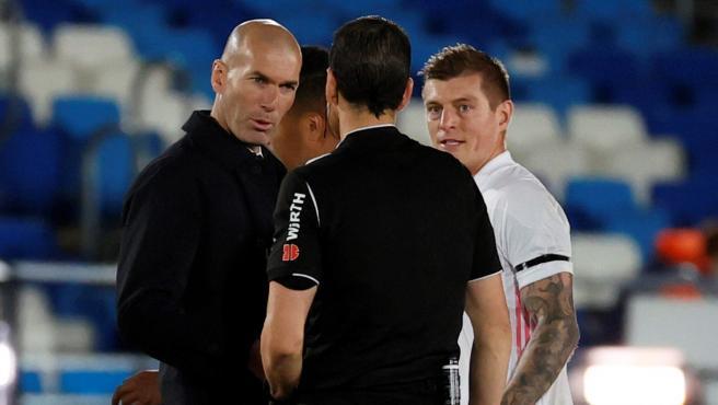 Zidane, Kroos y Martínez Munuera, tras el Real Madrid - Sevilla