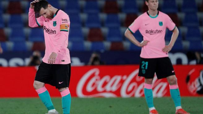 Los jugadores del FC Barcelona se lamentan por el empate ante el Levante.