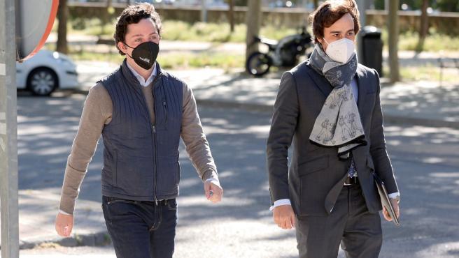 Francisco Nicolás Gómez (i), conocido como el Pequeño Nicolás, llega a la Audiencia Provincial de Madrid, junto a su abogado.