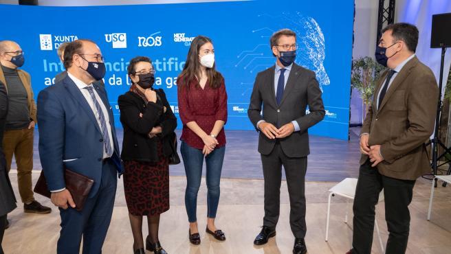 O titular do Goberno galego, Alberto Núñez Feijóo, acompañado do conselleiro de Cultura, Educación e Universidade, Román Rodríguez, presenta o Proxecto Nós de intelixencia artificial para o galego. Edificio CINC