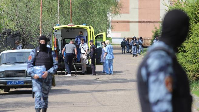 Una persona en una camilla es cargada en una ambulancia fuera de una escuela tras un tiroteo, en Kazán, Rusia, el 11 de mayo de 2011.