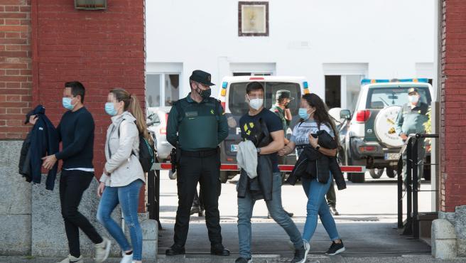 Agentes de Policía Nacional salen de la Comandancia de la Guardia Civil de Girona tras recibir la vacuna de Moderna contra el Covid-19.