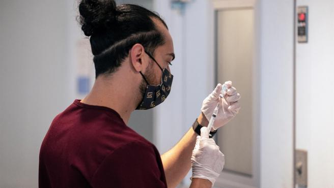 Un estudiante de farmacia prepara una dosis de una vacuna contra la covid-19 en Los Ángeles (California, EE UU).