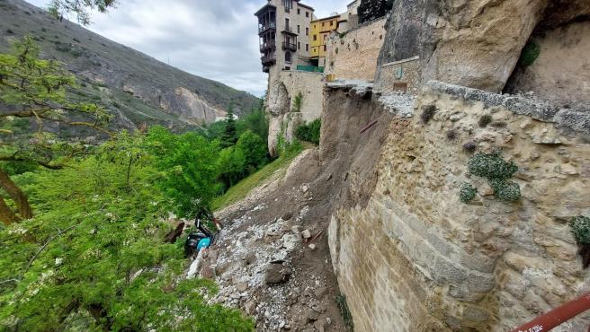 El principal acceso peatonal a las Casas Colgadas de Cuenca, el edificio más emblemático y popular de la capital, que estaba cortado desde el 26 de abril por la realización de unas obras, se ha derrumbado este miércoles.