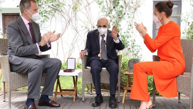Los reyes entregan este miércoles el Premio Cervantes 2020 al poeta y académico Francisco Brines, de 89 años, en su casa de la localidad valenciana de Oliva después de que el delicado estado de salud del autor y la pandemia impidieran que recibiera el galardón el pasado 23 de abril en Alcalá de Henares.