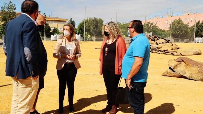 Ayuntamiento Alcalá Guadaíra inicia la renovación del césped artificial del campo de fútbol de Malasmañas