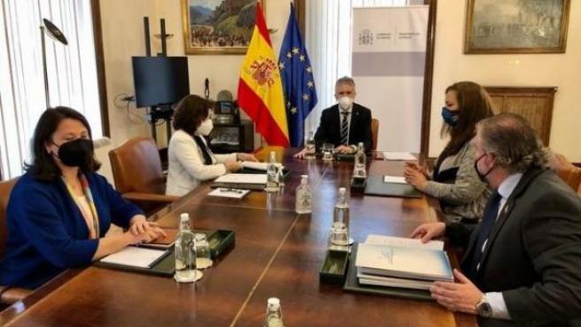 El ministro del Interior, Fernando Grande-Marlaska, recibe a representantes de la AVT.