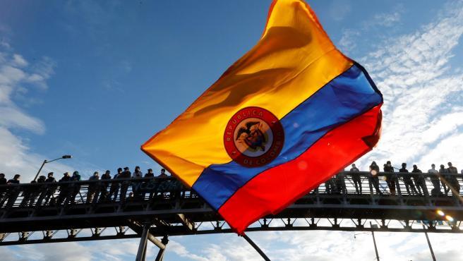 Manifestantes protestan el lunes en Bogotá, durante el día 13 del Paro Nacional en Bogotá.