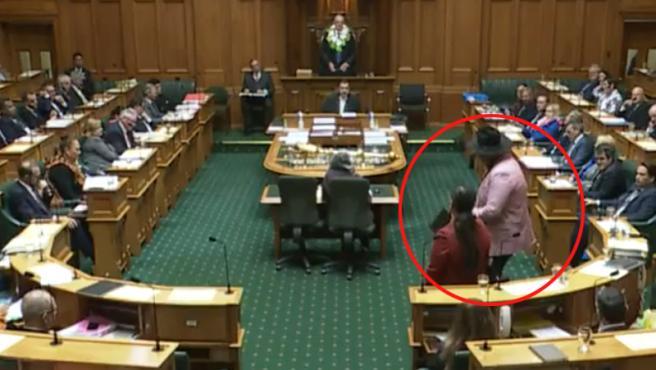 """Momento en el que el diputado maorí realiza la """"haka""""."""