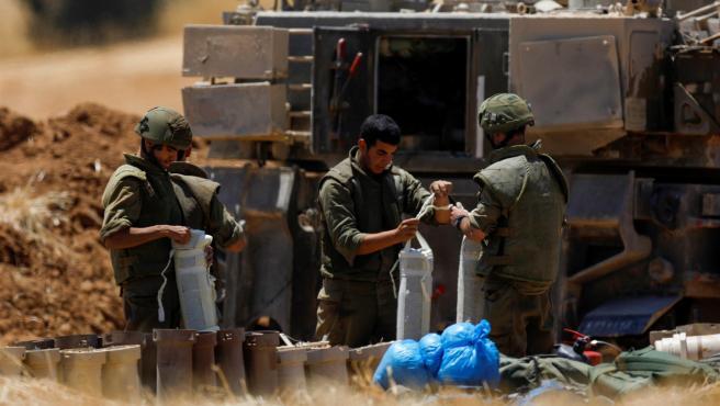 Artilleros israelíes toman posición en la frontera con la Franja de Gaza.