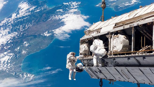 Los astronautas que realizan caminatas espaciales comparten sus trajes, incluida la ropa íntima.
