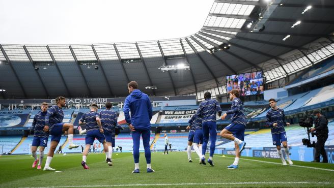 Los jugadores del Chelsea calientan en el estadio del Manchester City.