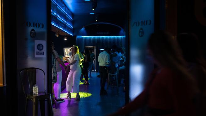 Varias personas en un pub de Sevilla en la primera noche sin toque de queda tras el fin del estado de alarma.