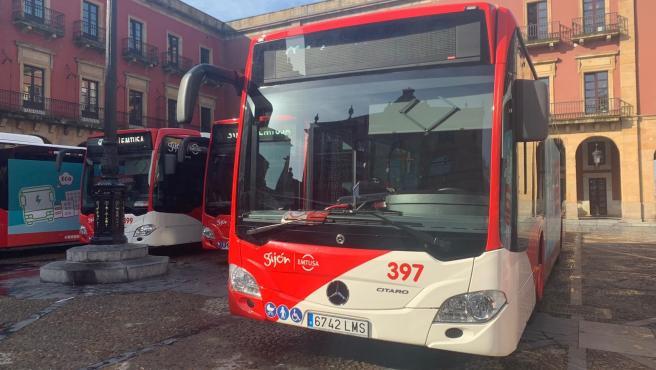 Emtusa reanuda este viernes el servicio de autobuses nocturnos y las paradas 'antiacoso'