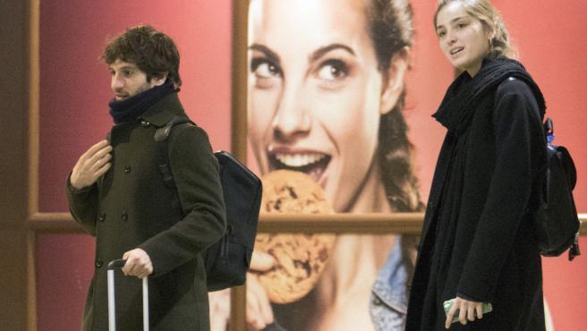 Quim Gutiérrez y Paula Willems en el aeropuerto de Madrid.