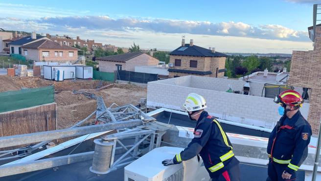 Una grúa de obra de 12 metros cae por efecto del viento sobre la cubierta de un chalet en Daganzo de Arriba