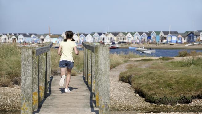 Una niña de vacaciones en Dorset.