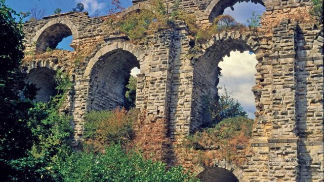 El puente Kursunlugerme de dos pisos, parte del sistema de acueductos de Constantinopla: dos canales de agua pasaban por este puente, uno encima del otro.