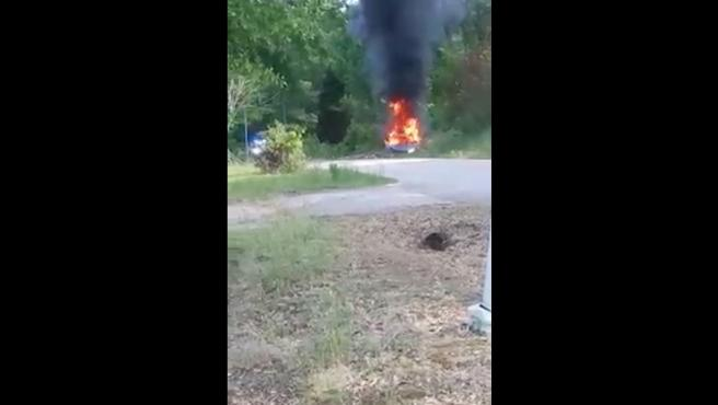 Captura del vehículo en llamas grabado por los vecinos.