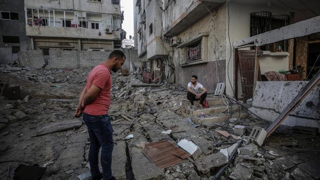 Dos palestinos revisan los daños de los misiles lanzados desde Israel.