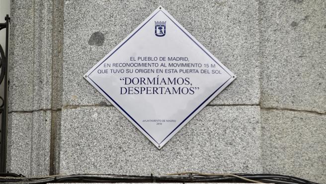 Placa conmemorativa del 15-M en la Puerta del Sol de Madrid.