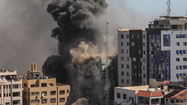 La torre de medios de Al-Jalaa en Gaza durante el ataque aéreo del Ejército israelí.