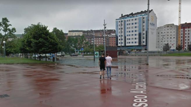 Dos jóvenes caminan por las pistas deportivas de La Exposición, en Avilés.