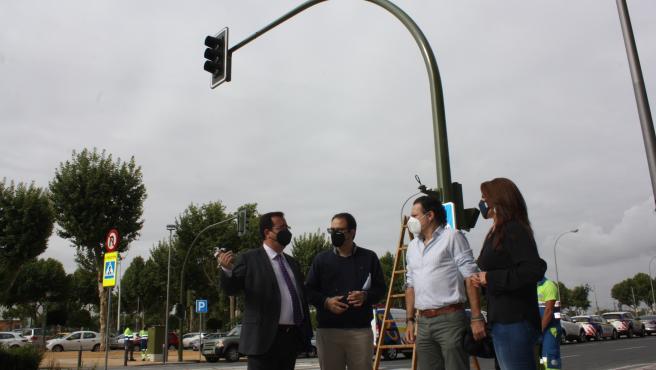 Ayuntamiento implanta dos nuevos pasos de peatones con semáforos en la conexión entre Los Remedios y Tablada