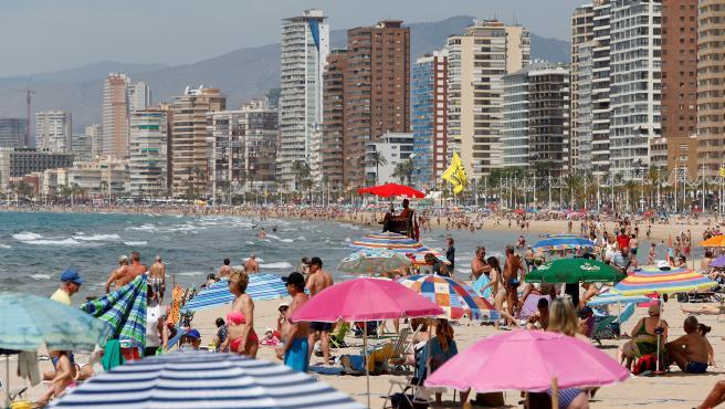 Ambiente en una playa de Benidorm (Alicante) este sábado.