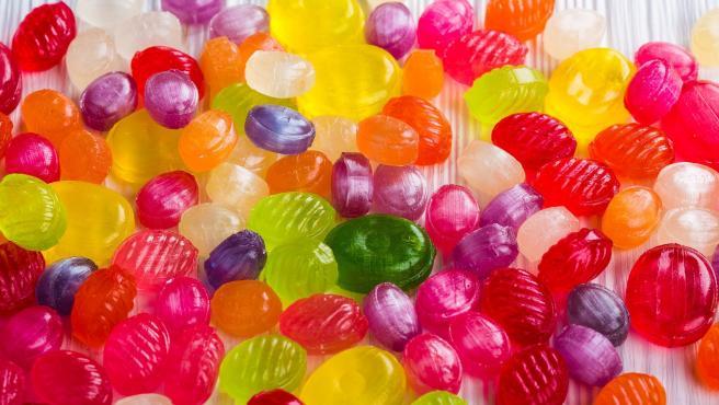 El colorante artificial Rojo 40 se suele emplear en la industria alimentaria como un aditivo en dulces, galletas, gelatina o bebidas.